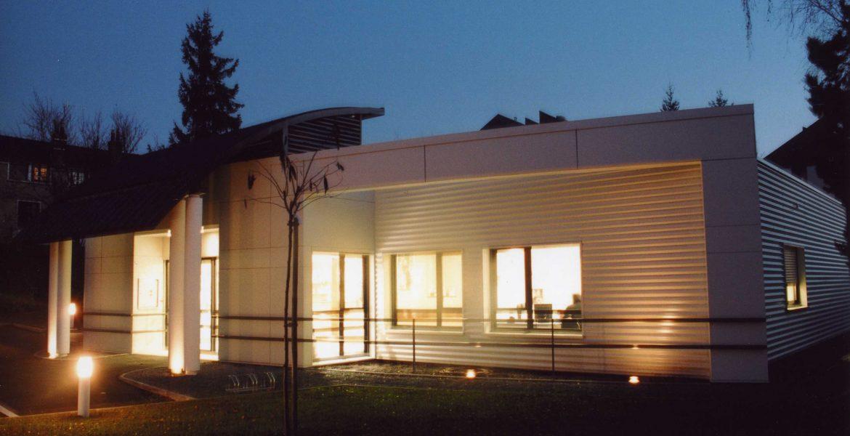 Clinique vétérinaire, rue de la Meignanne, Angers, Sophie Seigneurin, architecte. Vue nocturne. Photo : Pascal Guiraud